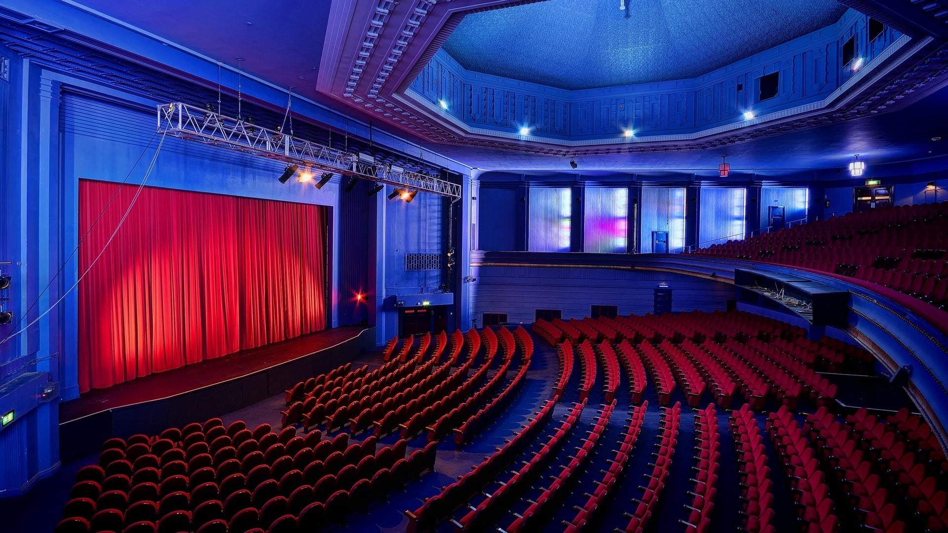 See a theatre show or dance performance